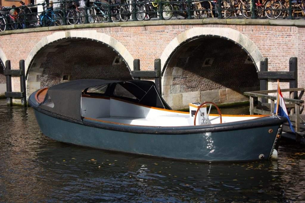sloep huren Amsterdam boothuur sloep Max met regenkap
