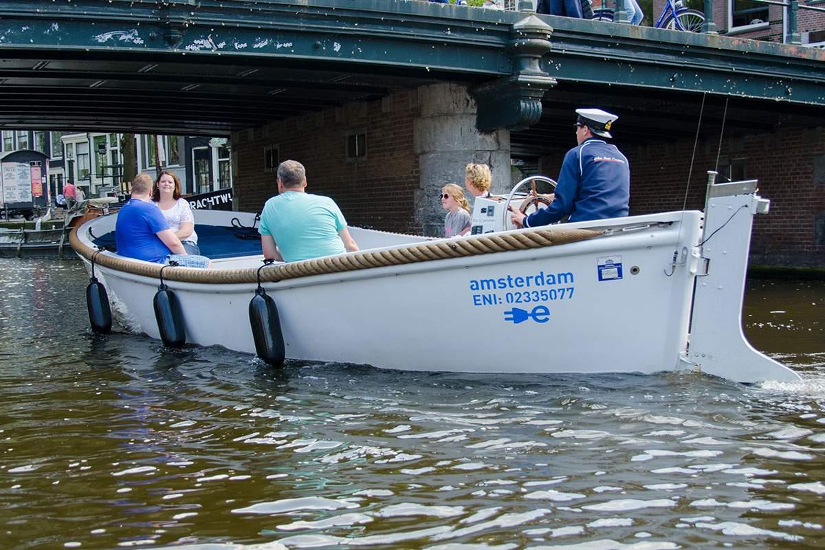 Bestel losse tickets voor een rondvaart in luxe open sloep via onze partner Blueboat