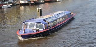Maak een rondvaartboot over de Amsterdamse grachten