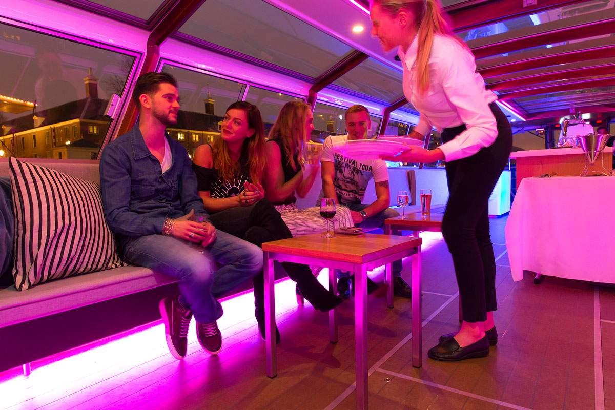 Rondvaartboot Amsterdam Boothuur - LIDO - Uitserveren Diner in zithoek