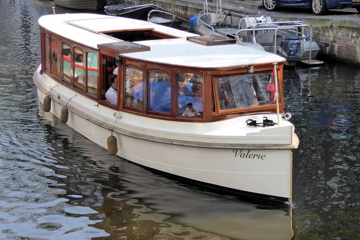Reserveer een klassieke salonboot voor een rondvaart van 1,5 uur, met keuze uit verschillende arrangementen.