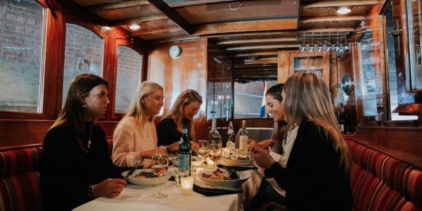 Dinervaart in een luxe salonboot